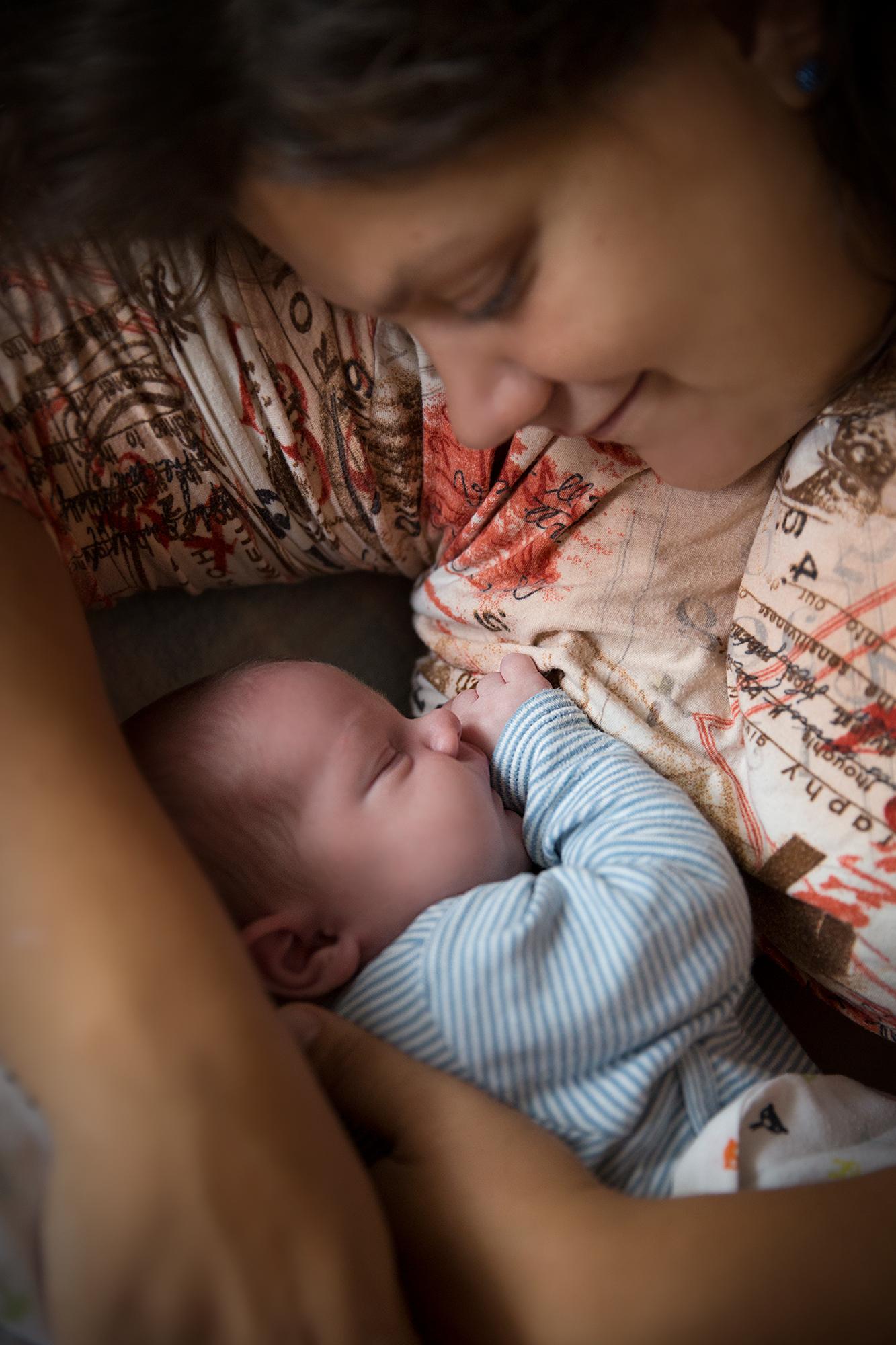 Mama kuschelt Baby